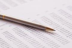 stylo sur les finances, le compte et le concept de papier d'opérations bancaires de capital photographie stock