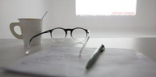 Stylo, tasse de café, verres sur la table de la pièce de séminaire, escroquerie d'éducation photo libre de droits