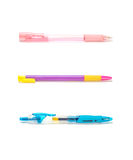 Stylos colorés de plan rapproché, stylo rose, stylo pourpre, stylo bleu d'isolement sur le fond blanc Photo libre de droits