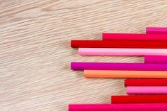 Stylos colorés sur la table en bois Concept d'égaliseur photo libre de droits