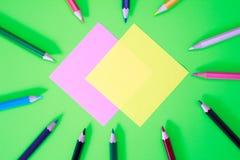 Stylos de couleur dans diverses couleurs Photographie stock libre de droits