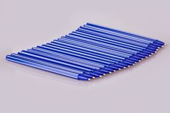 Stylos en plastique bleus d'isolement sur le blanc photographie stock libre de droits