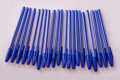 Stylos en plastique bleus d'isolement sur le blanc images stock