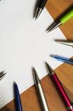 Stylos et carnet colorés Photos libres de droits