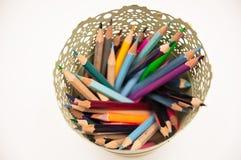 Stylos et crayons colorés dans le vase d'isolement sur le fond blanc Photos libres de droits
