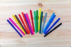 Stylos feutres colorés sur une table en bois Photo libre de droits