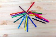 Stylos feutres colorés sur une table en bois Images stock