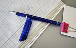 Stylos multicolores admirablement étendus sur la table d'inscription image libre de droits