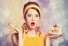 Stylowa rudzielec dziewczyna z tortem. zdjęcia royalty free