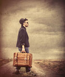 Stylowy młody człowiek z walizką Zdjęcie Royalty Free