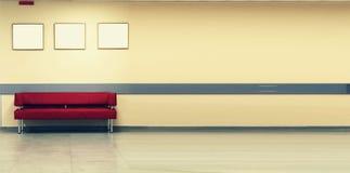 Stylowy minimalizm Czerwona kanapa, wewnętrzny projekt, biuro Pusta poczekalnia z nowożytną czerwoną kanapą przed drzwi i fotografia royalty free