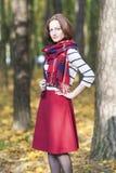 Stylowy pojęcie: Młoda Kaukaska brunetki kobieta wewnątrz Robić Mierzyć Obraz Stock