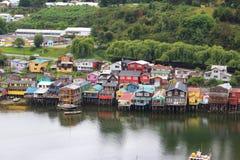 Styltahus av lilla staden av Castro i den Chiloe ön i Chile arkivbilder