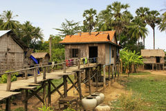 Styltahus i en liten by nära Kratie, Cambodja Royaltyfri Bild