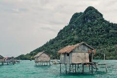 Styltahus i en zigensk by för bajauhavet bredvid en liten ö vaggar utlöparen royaltyfria bilder