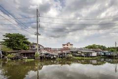Styltahus på en klong i Bangkok Klongs är kanalerna, det arkivbild