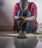 Stylu życia indoors portret młoda smutnego, przygnębionego czarnego afrykanina Amerykańska kobieta siedzi w domu i zdjęcie stock