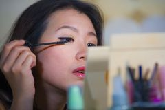 Stylu życia naturalny portret młoda piękna i szczęśliwa Azjatycka Koreańska kobieta stosuje w domu uzupełniał rzęsy tusz do rzęs  zdjęcie royalty free