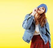 Stylu życia pojęcia ludzie: ładni potomstwa uczą kogoś nastoletniej dziewczyny ma zabawy szczęśliwy ono uśmiecha się na żółtym tl obrazy stock