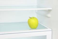 Stylu życia pojęcie Żółty jabłko w domowej chłodziarce brać clo zdjęcia royalty free