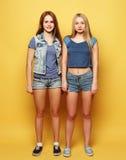 Stylu życia portret dwa młoda dziewczyna najlepszego przyjaciela skacze nad ye Obrazy Royalty Free