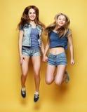 Stylu życia portret dwa młoda dziewczyna najlepszego przyjaciela skacze nad ye Obrazy Stock