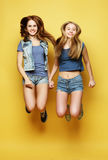 Stylu życia portret dwa młoda dziewczyna najlepszego przyjaciela skacze nad ye Obraz Royalty Free
