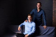Stylu życia portret dwa przystojnego chłopiec tween brata w loft studiu Zdjęcia Royalty Free