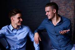 Stylu życia portret dwa przystojnego chłopiec tween brata w loft studiu Obraz Royalty Free