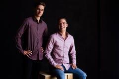 Stylu życia portret dwa przystojnego chłopiec tween brata w loft studiu Zdjęcie Stock