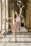 Stylu życia portret elegancka młoda kobieta zdjęcie royalty free