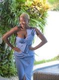 Stylu życia portret młoda atrakcyjna i radosna czarna afro amerykańska kobieta uśmiecha się szczęśliwego pozuje rozochoconego tar Obrazy Royalty Free