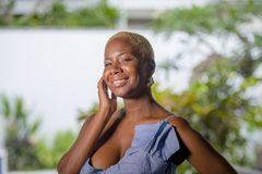 Stylu życia portret młoda atrakcyjnego i radosnego czarnego afrykanina amerykańska kobieta uśmiecha się szczęśliwego pozuje rozoc Obrazy Stock