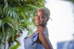 Stylu życia portret młoda atrakcyjnego i radosnego czarnego afrykanina amerykańska kobieta uśmiecha się szczęśliwego pozuje rozoc Obraz Royalty Free