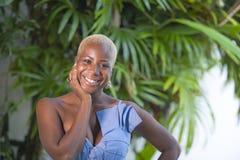 Stylu życia portret młoda atrakcyjnego i radosnego czarnego afrykanina amerykańska kobieta uśmiecha się szczęśliwego pozuje rozoc Fotografia Royalty Free