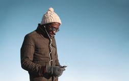 Stylu życia portret młody afrykański mężczyzna cieszy się słuchającą muzykę Zdjęcie Stock