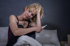 Stylu życia portret młody desperacki kobieta w ciąży używa ciążowego test smutnego i przygnębionego dla pozytywnego wynika oczeki zdjęcie stock