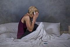 Stylu życia portret młody desperacki kobieta w ciąży używa pregn obrazy stock