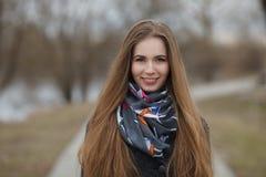 Stylu życia portret szczęśliwi uśmiechnięci potomstwa i ładna dorosła kobieta z wspaniały długie włosy pozować w miasto parku z p Obrazy Royalty Free