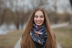 Stylu życia portret szczęśliwi uśmiechnięci potomstwa i ładna dorosła kobieta z wspaniały długie włosy pozować w miasto parku z p Obraz Royalty Free