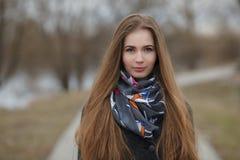 Stylu życia portret szczęśliwi uśmiechnięci potomstwa i ładna dorosła kobieta z wspaniały długie włosy pozować w miasto parku z p Fotografia Stock