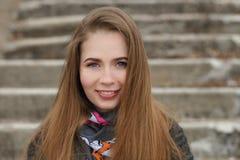 Stylu życia portret szczęśliwi uśmiechnięci potomstwa i ładna dorosła kobieta z wspaniały długie włosy pozować w miasto parku z p Zdjęcia Stock