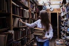 Stylu życia portret urocza studencka dziewczyna w rocznika bookstore lub bibliotece fotografia royalty free