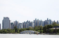 Stylu antyczny most i nowożytny stylowy budynek Obraz Royalty Free