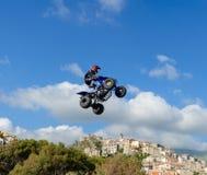 Stylu wolnego kwadrata roweru pilot robi skokowi z wysokim skokiem z sztuczką zdjęcie royalty free