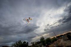 Stylu wolnego rowerzysta skacze z motocyklem i odbija w lustrze Fotografia Royalty Free