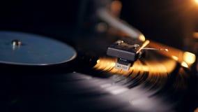 Stylus και ένας βινυλίου δίσκος που περιστρέφεται κάτω από το απόθεμα βίντεο