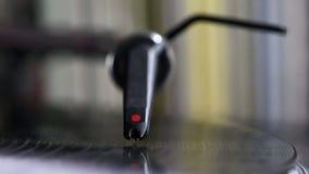 Stylus του DJ στην περιστροφική πλάκα απόθεμα βίντεο