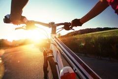 Styre av en cykel Arkivfoton