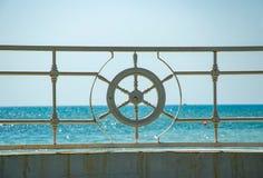 Styrhjulet av skeppet mot havet fotografering för bildbyråer